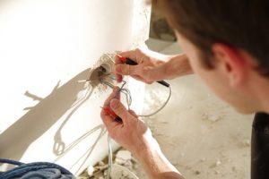 electricien sur Valenton réparant une prise electrique